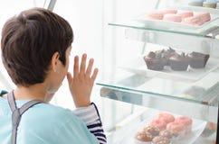 Kleiner Junge am Bäckereishop Lizenzfreie Stockfotografie