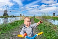 Kleiner Junge bei Kinderdijk Stockfotografie