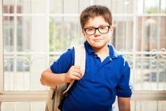 Kleiner Junge bereit zur Schule Lizenzfreie Stockfotos