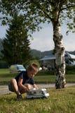 Kleiner Junge an Campingplatz stockbild
