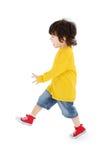 Kleiner Junge in den gelben Hemdwegen lokalisiert stockfotos