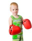 Kleiner Junge in den roten Verpackenhandschuhen Lizenzfreie Stockbilder