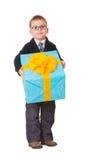 Kleiner Junge in den Schauspielen mit großem Geschenk Stockfotos