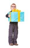 Kleiner Junge in den spectecles mit großem Geschenk Lizenzfreie Stockfotografie