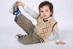 Kleiner Junge, der Übungen tut Stockfoto
