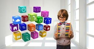 Kleiner Junge, der Abakus durch apps Ikonen hält Stockfotos
