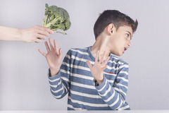 Kleiner Junge, der ablehnt, sein Gemüse zu essen stockfotografie