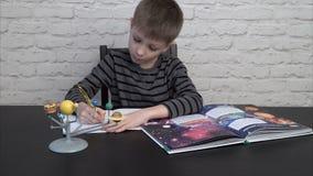 Kleiner Junge, der Astronomie studiert stock footage
