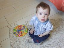 Kleiner Junge, der auf dem Boden, ihm ` s Umkippen und dem Schreien sitzt Das chil Lizenzfreie Stockbilder