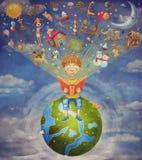 Kleiner Junge, der auf dem Planeten und dem Lesebuch sitzt Stockbilder