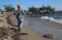 Kleiner Junge, der auf dem Strand spielt lizenzfreie stockfotos