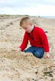 Kleiner Junge, der auf dem Strand spielt   lizenzfreies stockbild