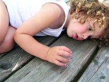Kleiner Junge, der auf dem Tisch liegt lizenzfreie stockbilder