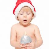 Kleiner Junge, der auf der Kerze durchbrennt Stockfotos