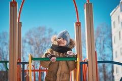 kleiner Junge, der auf ein children& x27 geht; s-Dia Stockfotografie