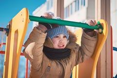 kleiner Junge, der auf ein children& x27 geht; s-Dia Lizenzfreies Stockfoto