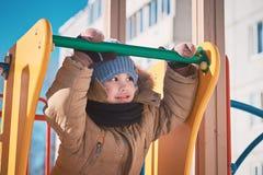 kleiner Junge, der auf ein children& x27 geht; s-Dia Lizenzfreie Stockfotos