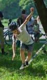 Kleiner Junge, der auf einem Drahtseil balanciert Stockfotografie