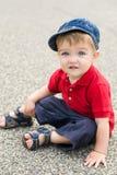 Kleiner Junge, der auf Gasse aufwirft Lizenzfreies Stockbild