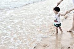 Kleiner Junge, der auf Strand geht Lizenzfreie Stockfotos