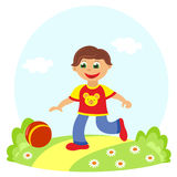Kleiner Junge, der Ball spielt Stockbild