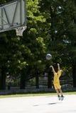 Kleiner Junge, der Basketball spielt Lizenzfreie Stockfotografie