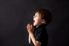 Kleiner Junge, der, betendes Kind, Hintergrund betet lizenzfreie stockbilder