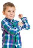 Kleiner Junge, der Bizeps zeigt Stockfotos
