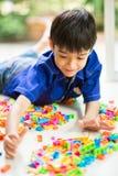 Kleiner Junge, der Blockspielzeug-Innentätigkeiten spielt Lizenzfreies Stockfoto
