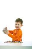 Kleiner Junge, der Bonbons isst volle Schüssel der Süßigkeit Lizenzfreie Stockfotos