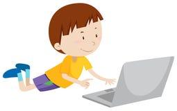 Kleiner Junge, der an Computer arbeitet Stockfotografie