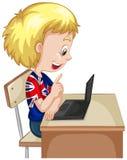Kleiner Junge, der an Computerlaptop arbeitet Lizenzfreie Stockbilder
