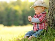 Kleiner Junge, der Cowboy in der Natur spielt Lizenzfreies Stockfoto
