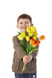Kleiner Junge, der das Blumenlächeln gibt Stockfotografie