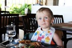 Kleiner Junge, der das Mittagessen isst Lizenzfreie Stockfotos
