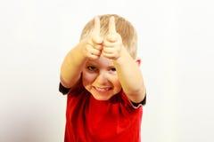 Kleiner Junge, der Daumen herauf Erfolgshandzeichengeste zeigt Lizenzfreies Stockbild