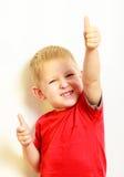 Kleiner Junge, der Daumen herauf Erfolgshandzeichengeste zeigt Lizenzfreie Stockfotos