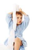 Kleiner Junge, der auf Töpfchen, Rollen des Toilettenpapiers sitzt Lizenzfreies Stockfoto