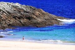 Kleiner Junge, der in dem Meer anstarrt Lizenzfreies Stockbild