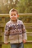 Kleiner Junge, der in der Abend Herbstsonne lächelt Lizenzfreie Stockbilder