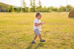 Kleiner Junge, der in der Natur spielt Lizenzfreie Stockbilder