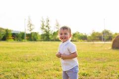 Kleiner Junge, der in der Natur spielt Stockfotos