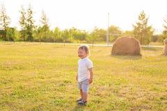 Kleiner Junge, der in der Natur spielt Lizenzfreies Stockbild