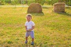 Kleiner Junge, der in der Natur spielt Lizenzfreie Stockfotografie