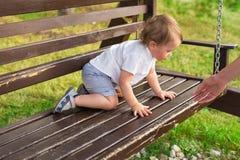 Kleiner Junge, der in der Natur spielt Lizenzfreies Stockfoto