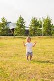 Kleiner Junge, der in der Natur spielt Stockbilder