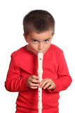 Kleiner Junge, der die Flöte spielt Lizenzfreies Stockfoto