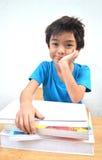 Kleiner Junge, der die schwere Zeit studiert stockbilder