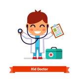 Kleiner Junge, der Doktor mit einem Stethoskop spielt Stockfotos