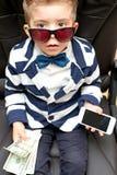 Kleiner Junge, der Dollarscheine hält lizenzfreie stockfotografie